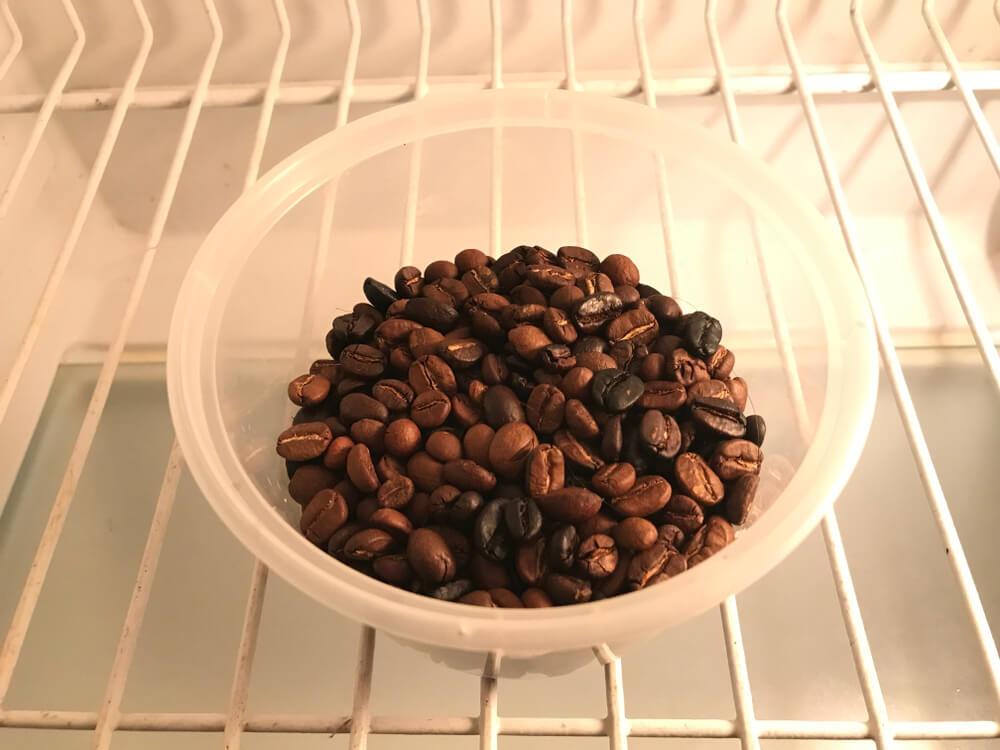 ziarna kawy w misce na półce w lodówce