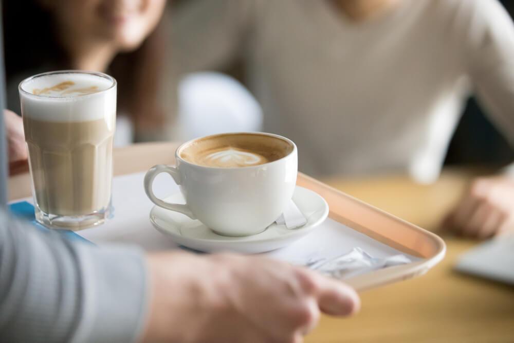 filiżanki kawy podawane na tacy