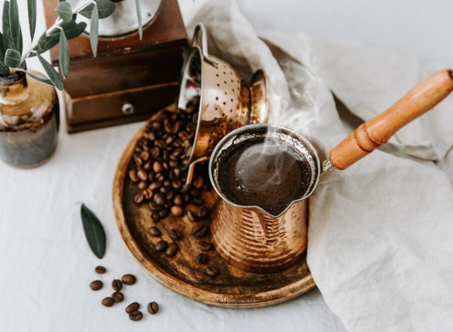 Kawa po turecku – jak parzyć i serwować?