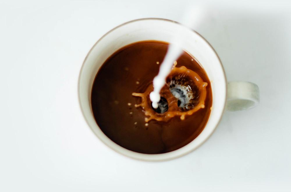 Kawa z mlekiem - dlaczego do kawy dodajemy mleko lub śmietankę?