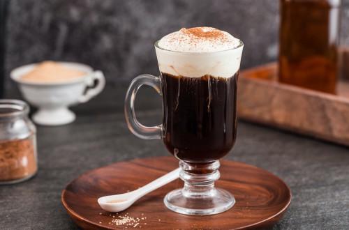 Irish coffee – jak samodzielnie przygotować kawę po irlandzku?
