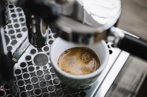 Kawa bezkofeinowa – jak powstaje i kto powinien ją pić?