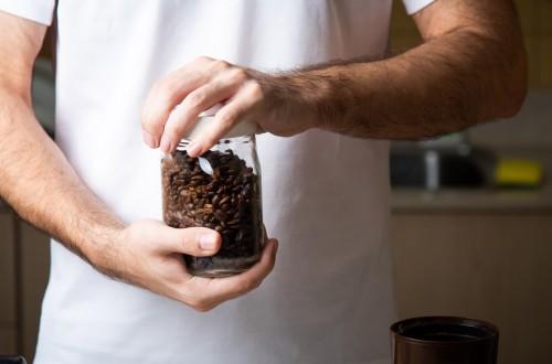 Czy kawę należy trzymać w lodówce? Sposoby na przechowywanie kawy