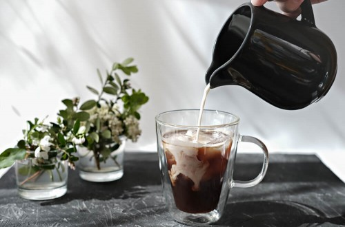 Czym zastąpić mleko do kawy? Sposoby na wegańską kawę